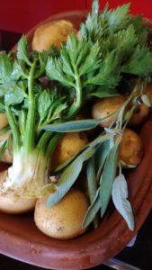 und dazu: neue Kartoffeln mit Kräutern aus dem Römertopf