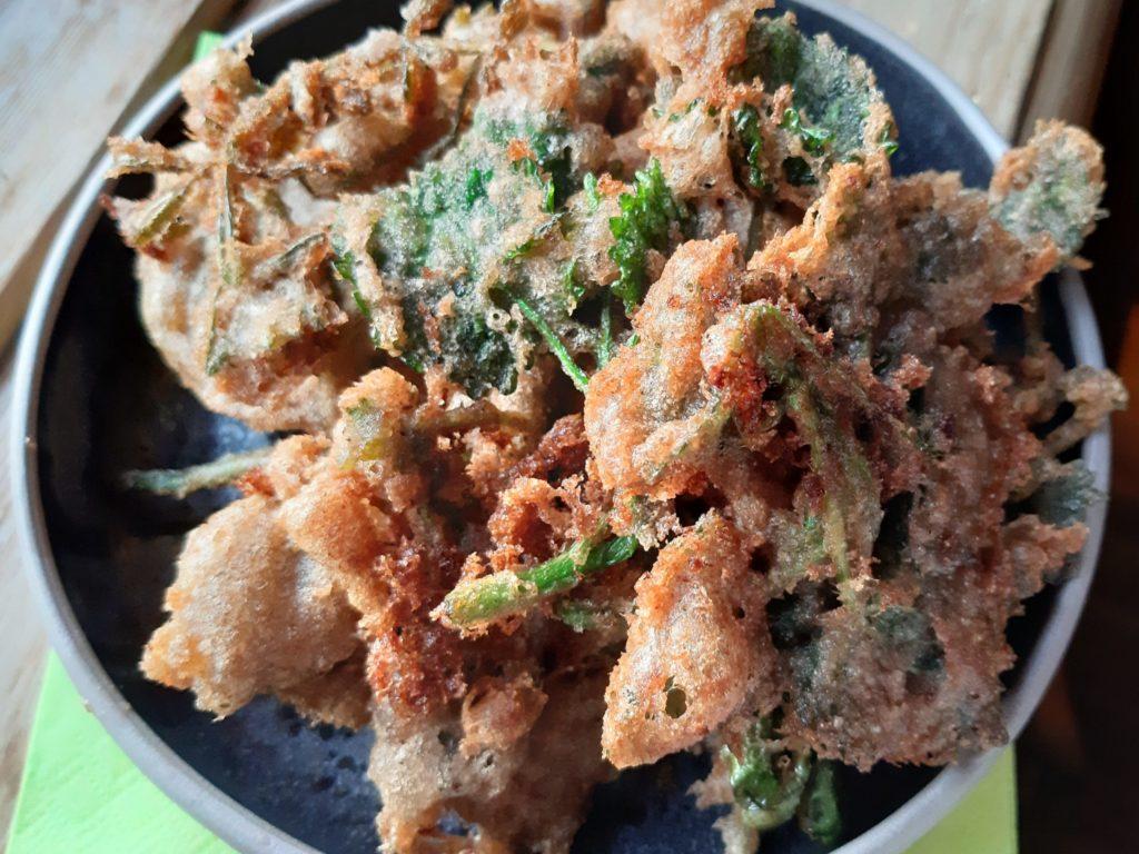 Frittierte Wildkräuter – Unkraut -Tempura